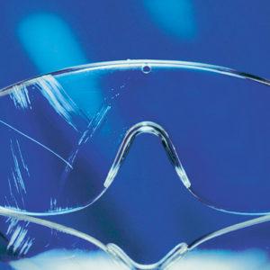 Illustration d'un oculaire traité anti-rayures et un non traité