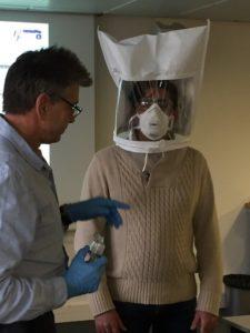 Essai d'ajustement qualitatif afin de vérifier l'étanchéité d'un masque de protection respiratoire jetable