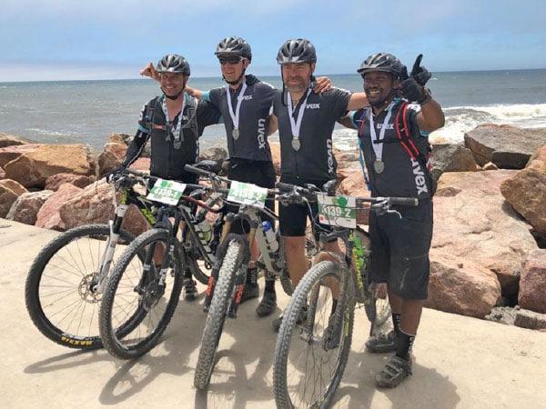 Arrivée de l'équipe uvex à la course cycliste Desert Dash